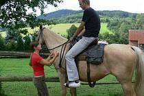 Členové kapely O5&Radeček  si s Deníkem vyzkoušeli jízdu na koni