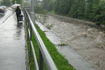 Rozbouřená řeka Bělá v Jeseníku na snímku z června 2009.