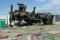 Na stavbě Tesca v Mohelnici se v pondělí 28. května převrátil jeřáb. Muž, který ho obsluhoval, se při tom zranil.