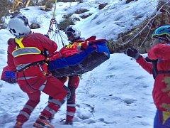Letečtí záchranáři z Ostravy zasahovali v neděli 26. března odpoledne v těžce dostupném údolí Bílé Opavy v Jeseníkách, kde pomáhali spolu s Horskou službou zraněné turistce.