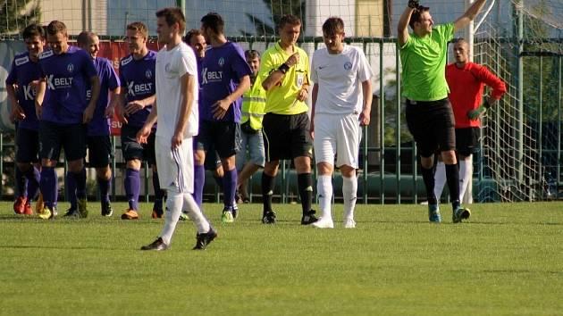 Dominik Hatala (vpravo) se raduje poté, co proměnil penaltu.