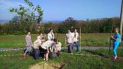 Sázení aleje ovocných stromů v Zábřehu k výročí 100 let založení Československé republiky.