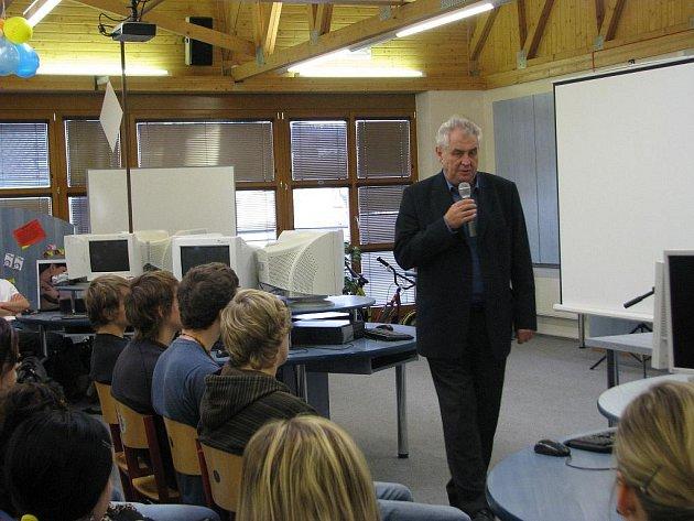 Miloš Zeman během besedy se studenty šumperské průmyslovky
