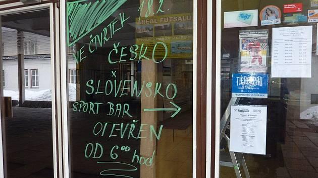 Nápis na dveřích šumperského Sport baru hlásá, že ve čtvrtek 18. února na zápas se Slováky se otevírá už v šest ráno
