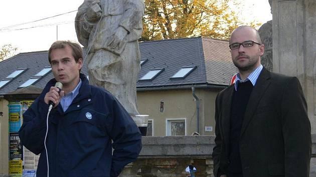 Zastupitel Ondřej Jašek (na snímku vpravo) na jednom z předvolebních mítinků v roce 2010 v Zábřehu