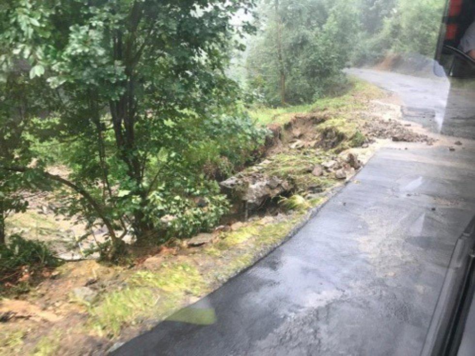 Přes Štítecko se v neděli odpoledne přehnala silná bouřka. Voda v sousedním Jedlí zaplavila několik domů, odplavovala i auta a zatopila továrnu.