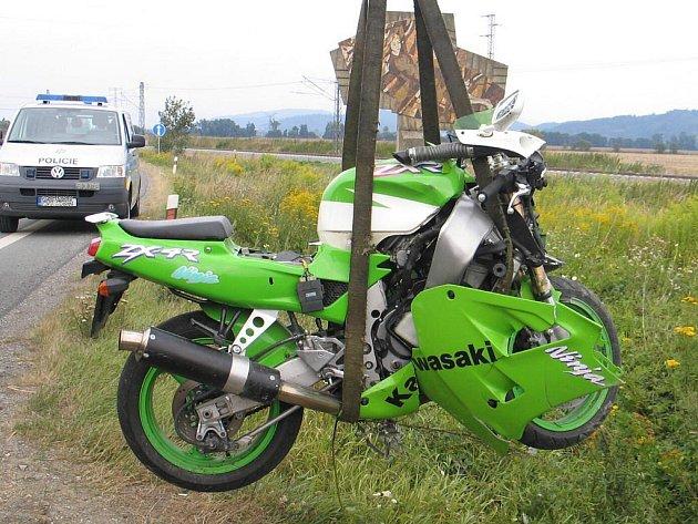 Motocykl skončil v příkopě u postřelmovského obchvatu