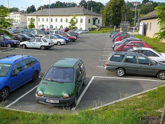 Neplacená část parkoviště u zábřežského nádraží. Je plná