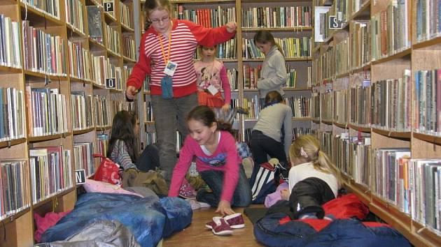 Přímo mezi regály nocovaly z pátku 5. na sobotu 6. dubna děti v šumperské knihovně.