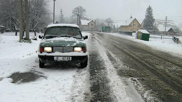 Sníh zasypal silnice.