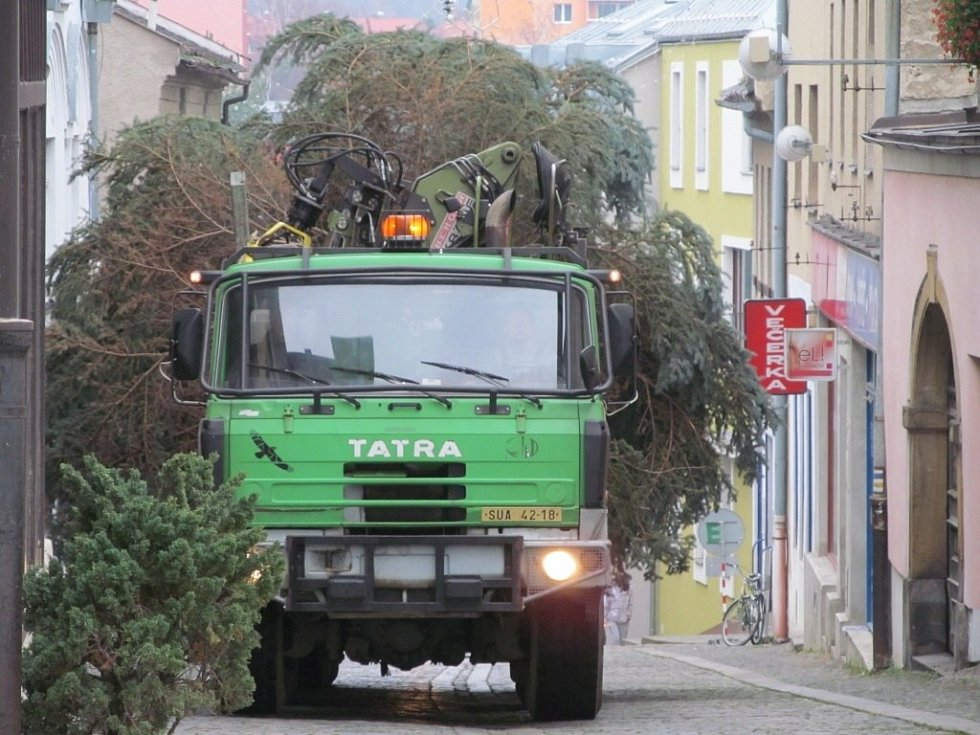 Náměstí Míru v Šumperku již zdobí vánoční strom.