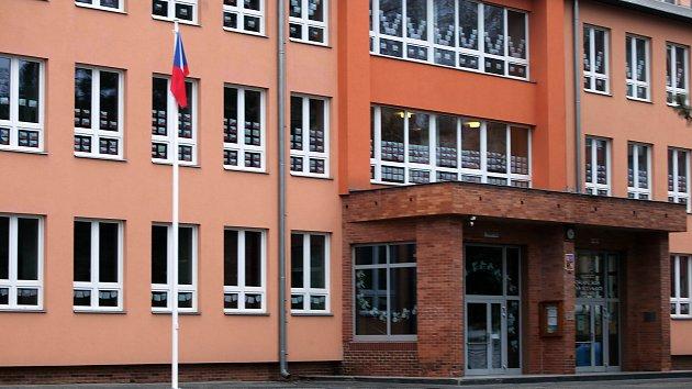 Radnice v Zábřehu instalovala před školy vlajkové stožáry.