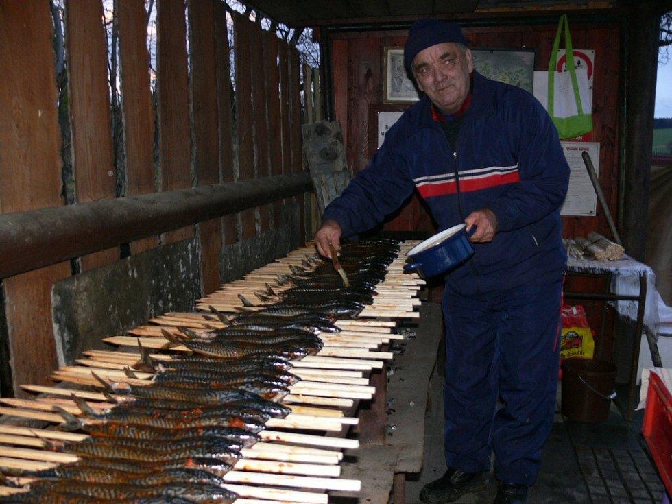 Příchod Vánoc ve Zvoli již tradičně zvěstuje vůně pečených makrel, která se line ze zahrady u Žváčků. Bez makrelového večírku si totiž desítky přátel, kteří se tu scházejí, svátky už ani neumějí představit.