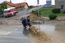 Hasiči z Ráječku pomáhali po květnové bouři, kterýá zaplavila Zábřeh bahnem