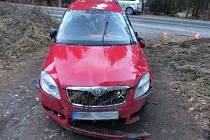 Řidič škodovky vjel na namrzlé silnici mezi Jeseníkem a Zlatými Horami příliš rychle do zatáčky, dostal smyk a převrátil auto přes střechu.