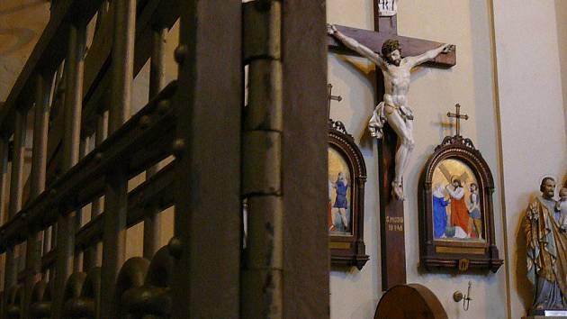 Přes tuhle mříž se chtěl v kostele sv. Bartoloměje dostat zloděj