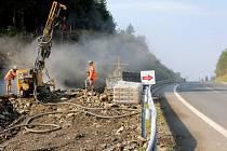 Stavba lávky přes silnici na Červenohorském sedle