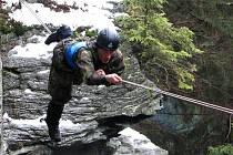 Voják zdolává další úkol v extrémním závodě Winter Survival v Jeseníkách.