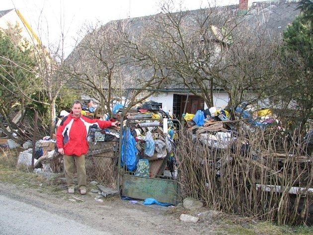 Starosta Bělé Miroslav Kružík před domem, který jeho majitel zarovnal odpadky.