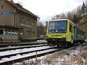 Vlak firmy Arriva na nádraží v Jindřichově při jízdě z Prahy do Jeseníku.