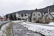 Lipová-lázně - střed obce s řekou Staříč.