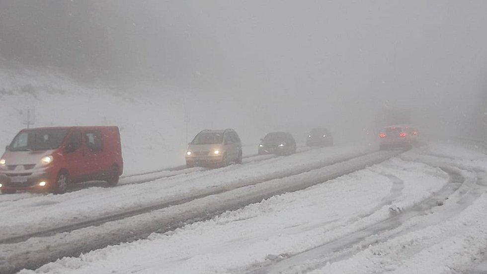 Sníh na Červenohorském sedle v pondělí 12. října ráno.