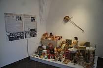 Výstava je věnována vánočním dárkům