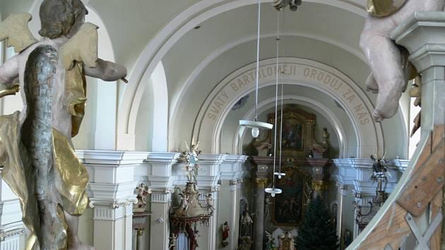 Během několika měsíců už několikrát zloděj vykradl kasičky, do kterých dávají věřící finanční dary, v kostele svatého Bartoloměje v Zábřehu (na snímku).