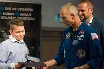 Obrázek Tomáše Schauera z Brníčka se dostal na vesmírnou stanici ISS. V Olomouci se setkal s astronautem Andrew Feustelem.