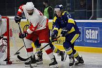 Hokejoví Draci (v modrém) porazili v přípravě Opavu 5:2.