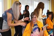 Tématem letošní kadeřnické soutěže Color Cup na Střední škole železniční, technické a služeb v Šumperku byla Extravagance přehlídkového mola. Soutěžící vytvářeli na hlavách svých modelek roztodivné kreace.