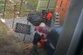 Vadilo mu, že mu soused zavazí. Najel do něj autem