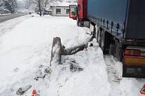 Nehoda kamionu s lampou v Sobotíně