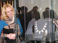K čemu šperky sloužily a z jakých materiálů se vyráběly, napovídá výstava nazvaná Šperkovnice šumperského muzea, která je nyní k vidění ve Vlastivědném muzeu v Šumperku.