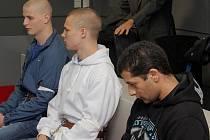 Snímky ze soudní síně s obžalovanými