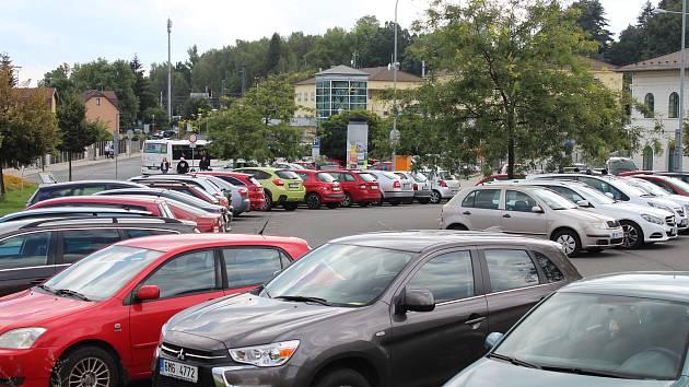 U zábřežského nádraží se nachází dvě parkoviště. Kapacitně však zdaleka nestačí.