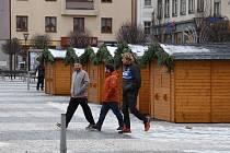 O prodej v předvánočním čase na jesenickém náměstí nemají podnikatelé zájem. Dřevěné stánky zde stojí marně.