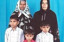 Sedmiletý Ibrahim je na snímku vpravo