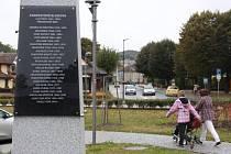 Na obelisku s hodinami u bludovského zámku visí od konce září deska se jmény všech místních starostů.