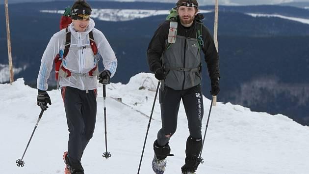 Úsek k prvnímu kontrolnímu bodu na Pradědu mnozí účastníci extrémního outdoor – survivalového závodu Rock Point – Zimní výzva, který se koná v Jeseníkách, označili za nejtěžší část. Kolem Jelení studánky se bořili do sněhu, i když měli na nohou sněžnice.