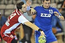 Hráč Dukly Praha Martin Lepieš (vlevo) na snímku z říjnového utkání poháru EHF s týmem ZTR Záporoží