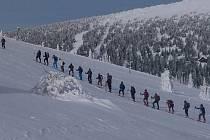 Skialpinisté ve vrcholových partiích Jeseníků.