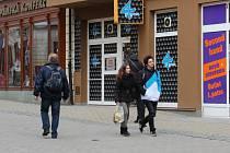 Chodci na pěší zóně v Šumperku míjí hned několik heren.