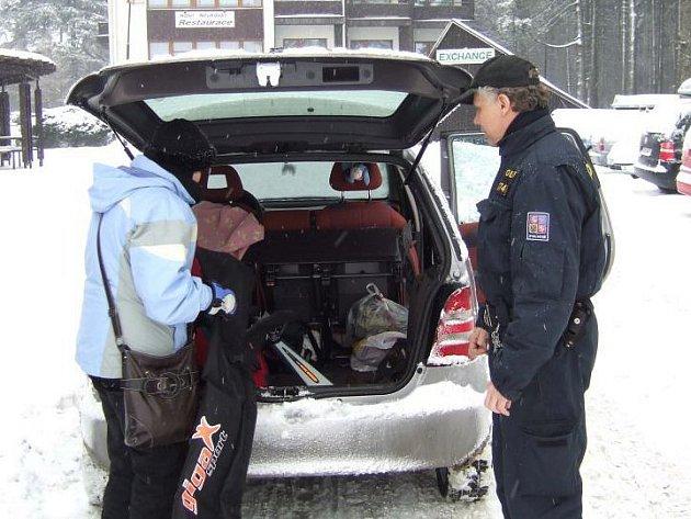 Policisté varují lyžaře před zloději