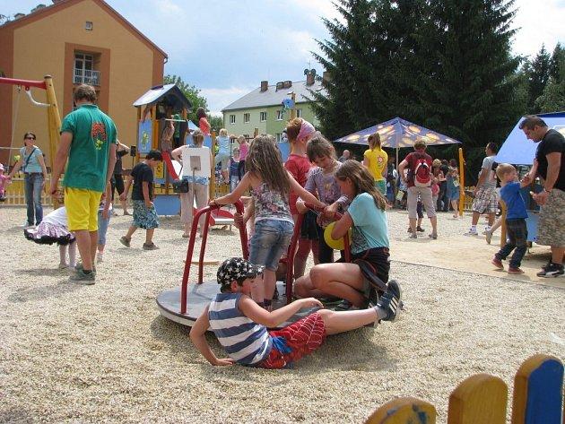 Dětský smích se rozléhal v sobotu 28. června vnitroblokem domů mezi ulicemi Jeremenkovou, Zborovskou a 8. května v Šumperku.