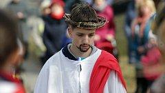 Mladí farníci v Moravičanech vyrazili na křížovou cestu doprovázeni klapači.