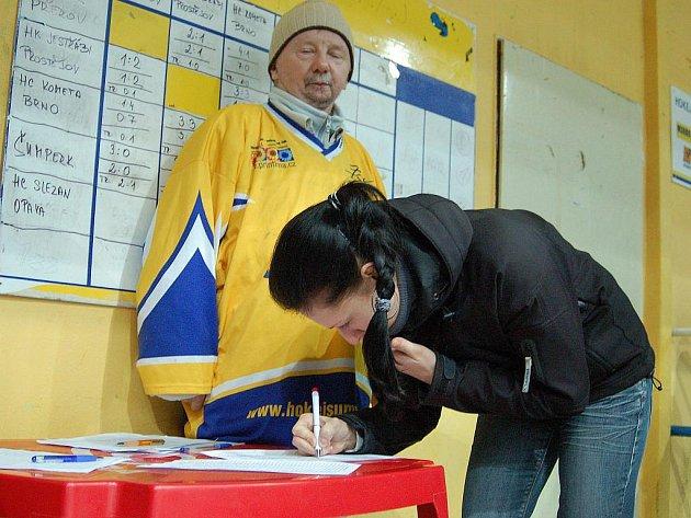 Fanynka Draků podepisuje na zimním stadionu petici