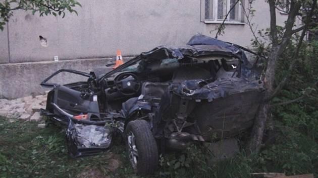 Dvacetiletý mladík za volantem Škody Octavie havaroval ve čtvrtřek 23. května v Uhelné. Několikrát narazil do břehu příkopu, pak se auto vymrštilo na narazilo do štítu domu. Mladík na místě zemřel.