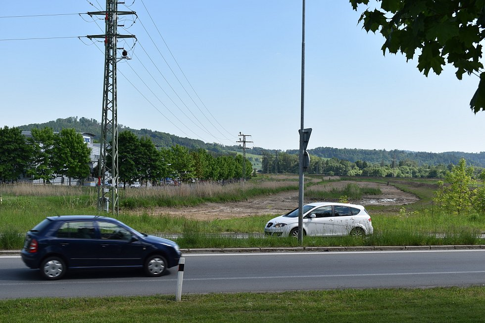 Kruhový objezd u šumperského hřbitova, kam bude vyvedena doprava z obchvatu Bludova.