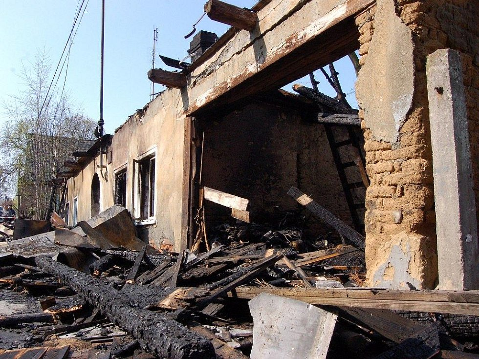Dům ve Vítkově po požáru, který způsobila zápalná láhev